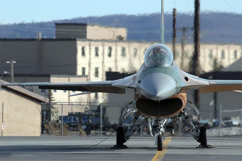 PESAWAT TEMPUR 800px-F-16_On_Tarmac