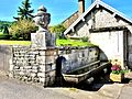 Fontaine-abreuvoir, en haut du village.jpg