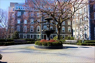 Campuses of Fordham University - Image: Fordham Dealy Hall and fountain