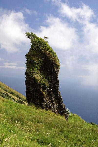 Ficheiro:Formação monolítica de basalto misturado com escória vulcânica nas imediações do Pico Pinheiro, Velas, São Jorge.JPG