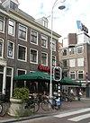 foto van Tot het huizenblok op de hoek van de Utrechtsestraat behorend en daarmee onder gezamenlijk dak liggend huis met gevel onder rechte lijst