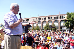 English: Newt Gingrich with a crowd in Ames, Iowa