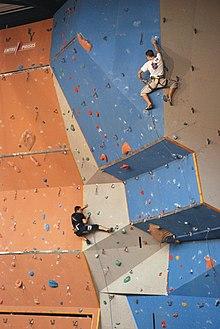 Lezec na umělé lezecké stěně během závodů ve Francii 453e9da8fbd