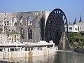 Hama, Norias (hölzerne Schöpfräder) schaufeln quietschend das Wasser aus dem Orontes in die Aquädukte (38706668031).jpg