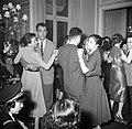 In de salons van de grote modehuizen dansen de meisjes met hun gasten, Bestanddeelnr 254-0148.jpg