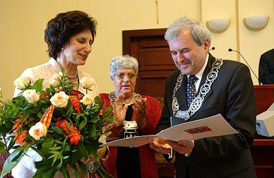 Irena Szewińska (z lewej) podczas wręczenia tytułu Honorowego Obywatela Bydgoszczy w 2005.