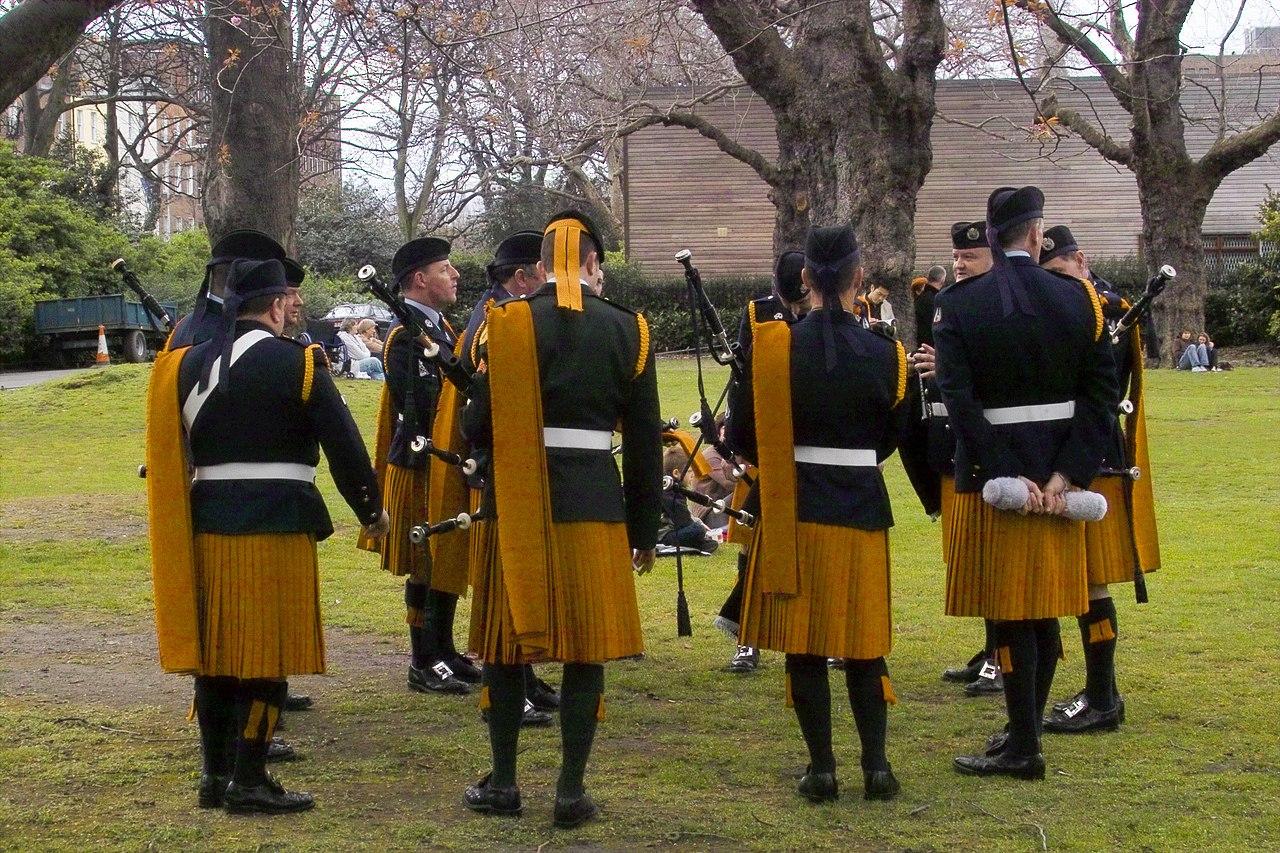 fileirish army pipe bandjpg wikimedia commons