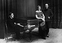 Jean-Louis Pisuisse (1880-1927) -met zijn latere vrouw Jenny Gilliams-, staande bij piano.jpg