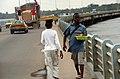 Jeunes commerçants traversant le pont du Wouri.jpg