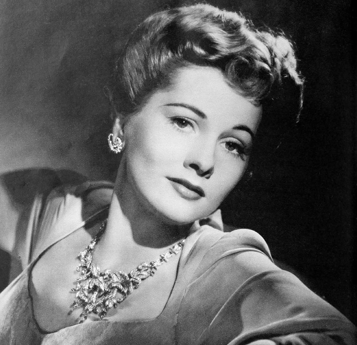 https://upload.wikimedia.org/wikipedia/commons/thumb/a/a7/Joan_Fontaine_1942.jpg/1200px-Joan_Fontaine_1942.jpg