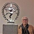 Juan Carlos Mondragón en el museo Guimet con la estatua de Shiva Natarâdja.jpg