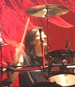Scott Travis durante la gira Angel of Retribution, en 2005