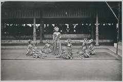 KITLV 11565 - Kassian Céphas - The dances bedojos for the Sultan of Yogyakarta - 1884.tif