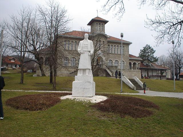 Spomenik Karađorđu i spomen-škola u Orašcu