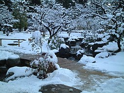 Kenroku-en cubierto de nieve.
