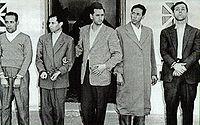 Délégation des principaux dirigeants du FLN (de gauche à droite : Mohamed Khider, Mostefa Lacheraf, Hocine Aït Ahmed, Mohamed Boudiaf et Ahmed Ben Bella) après leur arrestation suite au détournement, le 22 octobre 1956 par l armée française, de leur avion civil marocain, entre Rabat et Tunis, en direction du Caire (Égypte).