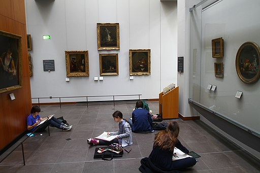 Kids drawing their favorite Louvre paintings