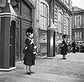Koninklijke garde bij de toegangsdeur van Paleis Brockdorff op het plein van Slo, Bestanddeelnr 252-8699.jpg