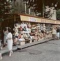 Kraam met rieten tassen en hoeden in Frankrijk, Bestanddeelnr 254-6025.jpg