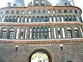 """Lübeck, Holstentor Rückseite, Inschrift """"1477. S.P.O.L. 1871."""".jpg"""