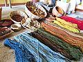 Lana hilada y teñida con frutos secos e insectos..jpg