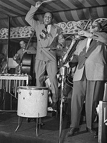 Lionel Hampton kaj Arnett Cobb, Aquarioum, NYC, ĉ. junio 1946 (Gottlieb).jpg