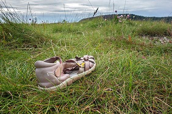 Lost and abandoned child's sandal in Sandvik, Lysekil 2.jpg