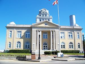 Madison County Courthouse (Madison, Florida) - 1913 Madison County Courthouse with 1894 city water standpipe behind it