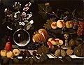 Maestro di Hartford - Alzatina con fichi, pesche e uva, vaso di fiori e frutta, ca. 1600 - ca. 1602.jpg