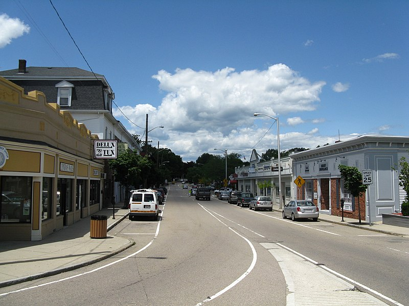 Fichye:Main Street, June 2010, Franklin MA.jpg