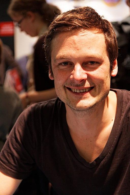 Christophe Galfard en dédicace au salon du livre jeunesse 2012 de Montreuil - crédit : Thesupermat (Own work) [CC BY-SA 3.0 (http://creativecommons.org/licenses/by-sa/3.0)], via Wikimedia Commons