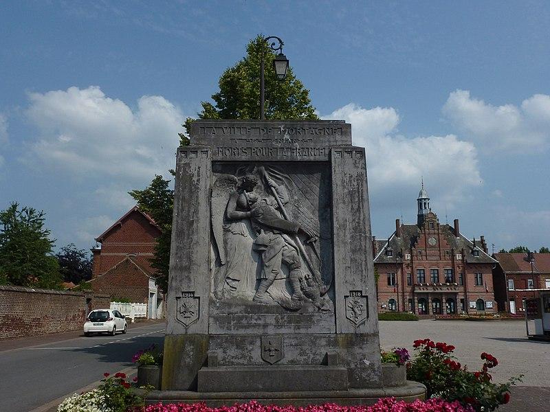 Mortagne-du-Nord (Nord, Fr) monument aux morts devant la mairie