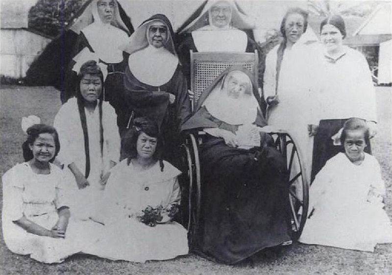 File:Mother Marianne Cope with sisters and patients, 1918.jpg