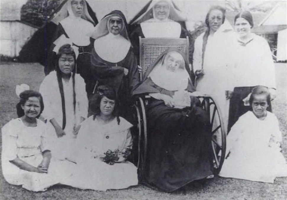Mother Marianne Cope with sisters and patients, 1918