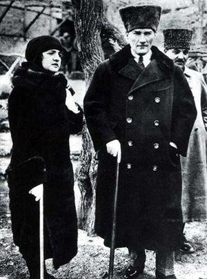 Latife Uşşaki - Image: Mustafa Kemal Atatürk and Latife Uşşaki (1923)