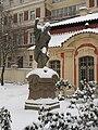 Muzeum Antonína Dvořáka, socha u vstupu.JPG