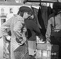 Na sejmu v Metliki- pomerjanje ženskega predpasnika 1965.jpg