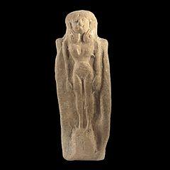 Figurine-plaquette : femme nue coiffée de boucles en volutes à la façon de la déesse égyptienne Hathor