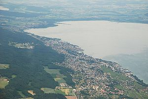 English: Aerial view of Neuchâtel and Lake Neu...