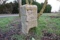 Nieppe (Niepkerke) —Borne frontière du XVIIIe siècle, côté fleurs de lys.jpg