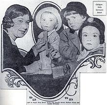 Photographie montrant trois jeunes garçons et une femme