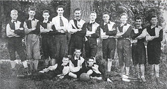 Esporte Clube Pinheiros - The football team in the early years. Club's founder, Hans Nobiling (with tie) poses with the players.