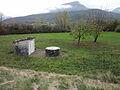 Noyers-sur-Jabron, cabanon et puits.jpg