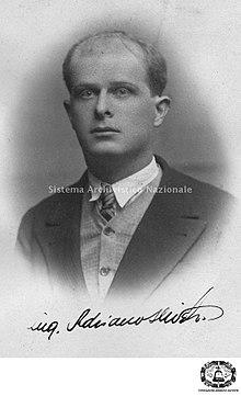 Ritratto fotografico di Adriano Olivetti nel 1925 con la sua firma