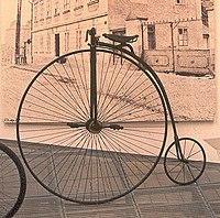 """Велосипед  """"пенни-фартинг """" в стиле XIX века С 70-х годов XIX века стала приобретать популярность схема  """"пенни-фартинг """"."""