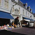 Overzicht van de voorgevel met poort, tijdens markt - Leerdam - 20382040 - RCE.jpg