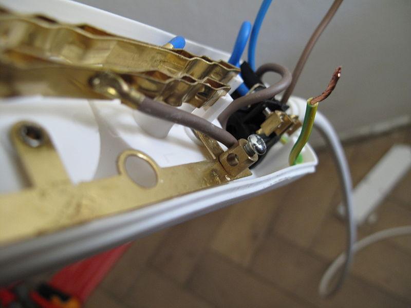 File:Připojování drátů ke krokodýlovi (002).JPG