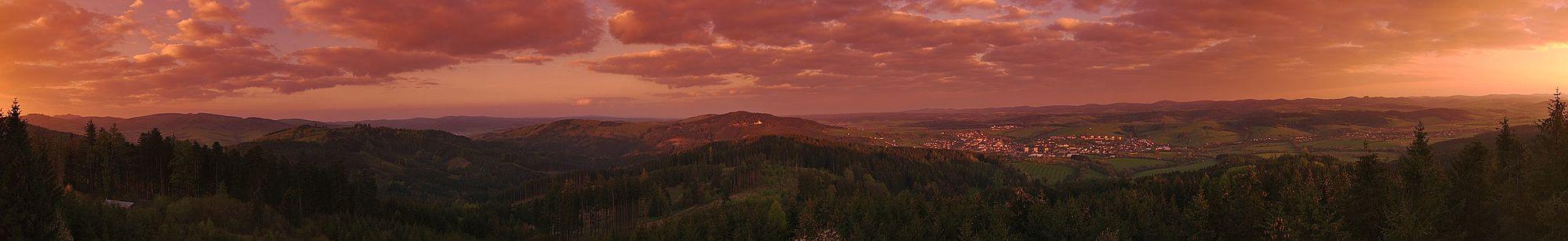 601f33eb5de Panoramatický výhled z rozhledny Královec při východu slunce