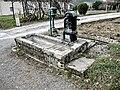 Petite fontaine-abreuvoir à pompe.jpg