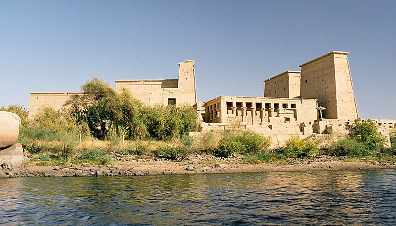 Archivo:Philae, seen from the water, Aswan, Egypt, Oct 2004.jpg